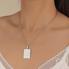 Collar colgante metalico rectangular con estampado de letra