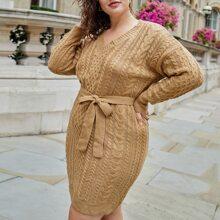 Strick Kleid mit sehr tief angesetzter Schulterpartie und Guertel