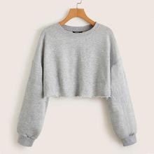 Crop Pullover mit sehr tief angesetzter Schulterpartie und umgesaeumtem Saum