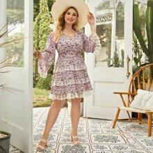 Kleid mit V Ausschnitt, Stickereien, Netzstoff, Raffungsaum und Blumen Muster in grossen Grossen