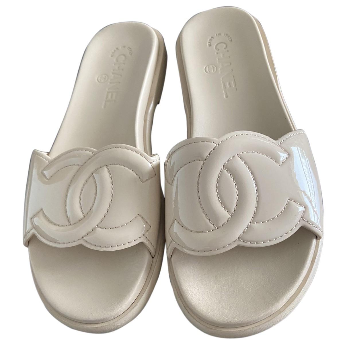 Chanel \N Sandalen in  Beige Lackleder