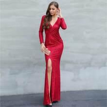 Figurbetontes Kleid mit V Kragen und Schlitz
