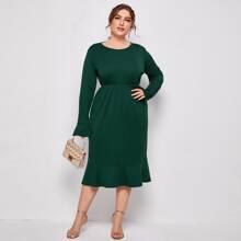 Einfarbiges Kleid mit Schosschenaermeln und Rueschen