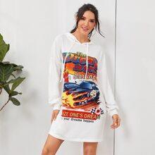Kleid mit Grafik Muster, sehr tief angesetzter Schulterpartie und Kapuze
