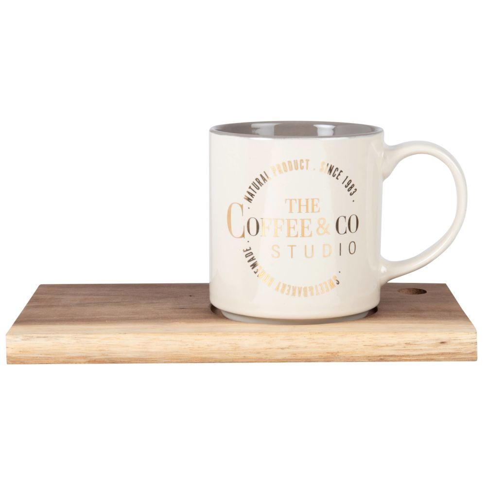 Kaffeebecher aus cremefarbener Fayence, Tablett aus Robinienholz
