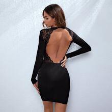 Figurbetontes Kleid mit offener Rueckseite und Spitzenbesatz