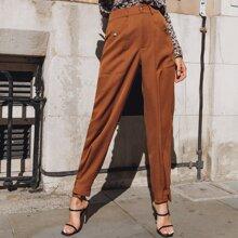 Einfarbige Hose mit Knopfen und Riemen am Saum
