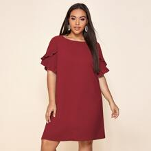 Einfarbiges Kleid mit Rueschen auf Ärmeln