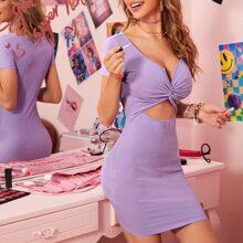 Figurbetontes Kleid mit Twist vorn und Ausschnitt Detail