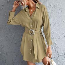 Hemdkleid mit sehr tief angesetzter Schulterpartie, Knopfen vorn und Guertel