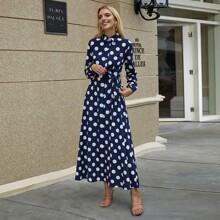 Kleid mit Punkten Muster, Knopfen und Guertel