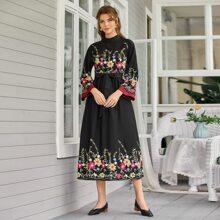 Kleid mit Stehkragen, Blumen Stickereien und Guertel