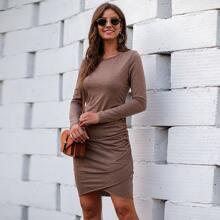 Einfarbiges figurbetontes Kleid mit Rueschen