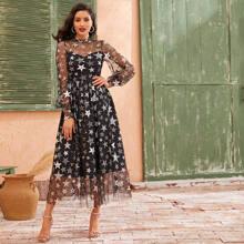 Kleid mit Stehkragen, ueberallem Stern Muster und Netzstoff