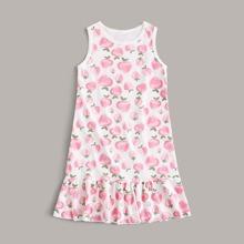 Kleinkind Maedchen Nachtkleid mit ueberallem Erdbeere Muster und Raffungsaum