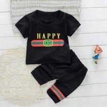 Camiseta de niñitos con estampado de letra y rayas con shorts