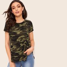 T-Shirt mit Schlitz, Stufensaum und Camo Muster