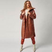 Einfarbiger Mantel mit sehr tief angesetzter Schulterpartie und Kapuze