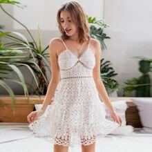 Kleid mit Guipure Spitze und mehrschichtigem Saum