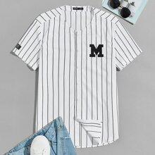 Camisa de rayas con parche de letra