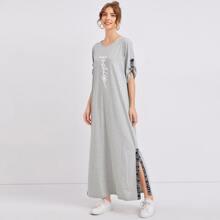Kleid mit gerollten Ärmeln, Buchstaben Grafik und seitlichem Schlitz