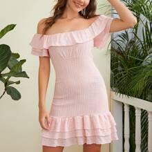Figurbetontes schulterfreies Kleid mit mehrschichtiger Raffung