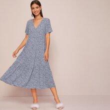 Kleid mit Bluemchen Muster und Raffungsaum