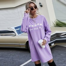 Sweatshirt mit Gaensebluemchen & Buchstaben Grafik und sehr tief angesetzter Schulterpartie