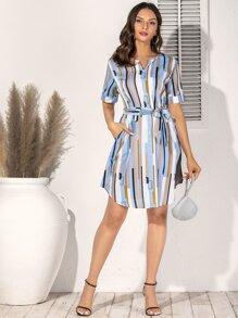 Kleid mit Guertel und Streifen