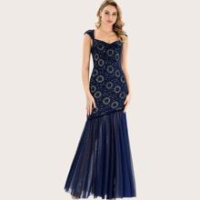 Kleid mit Netzstoff, Fischschwanz am Saum und Blumen Spitze