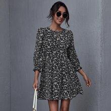 Kleid mit Ruesche und Bluemchen Muster