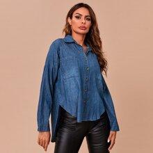 Denim Bluse mit sehr tief angesetzter Schulterpartie, Taschen Flicken und Stufensaum