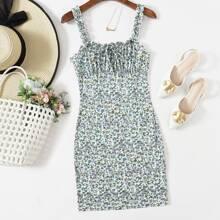 Figurbetontes Kleid mit Gaensebluemchen Muster und Rueschen auf Bueste
