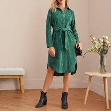 Kord Kleid mit Kragen, Knopfen vorn, Selbstguertel und gebogenem Saum