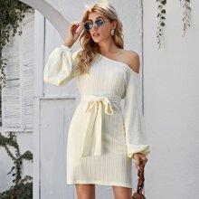 Strick Kleid mit asymmetrischem Kragen und Guertel