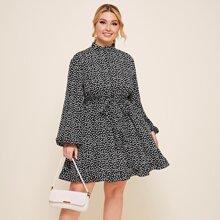 Kleid mit Gaensebluemchen Muster, Rueschen und Guertel