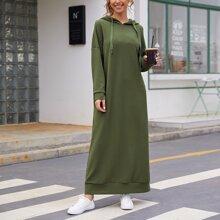 Kleid mit sehr tief angesetzter Schulterpartie, Kordelzug und Kapuze