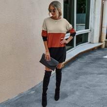 Pulloverkleid mit Farbblock und sehr tief angesetzter Schulterpartie