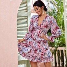 Kleid mit Blumen Muster, Rueschenbesatz und offener Rueckseite