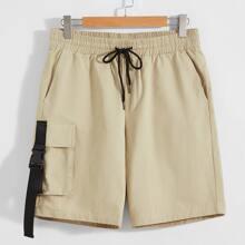 Shorts mit Taschen Klappe und Druckknopfverschluss Detail