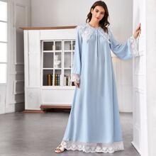 Nachtkleid mit halben Knopfen, Kontrast und Spitzenbesatz