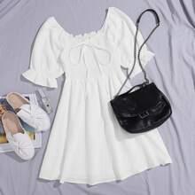 Kleid mit Band vorn und Rueschenbesatz