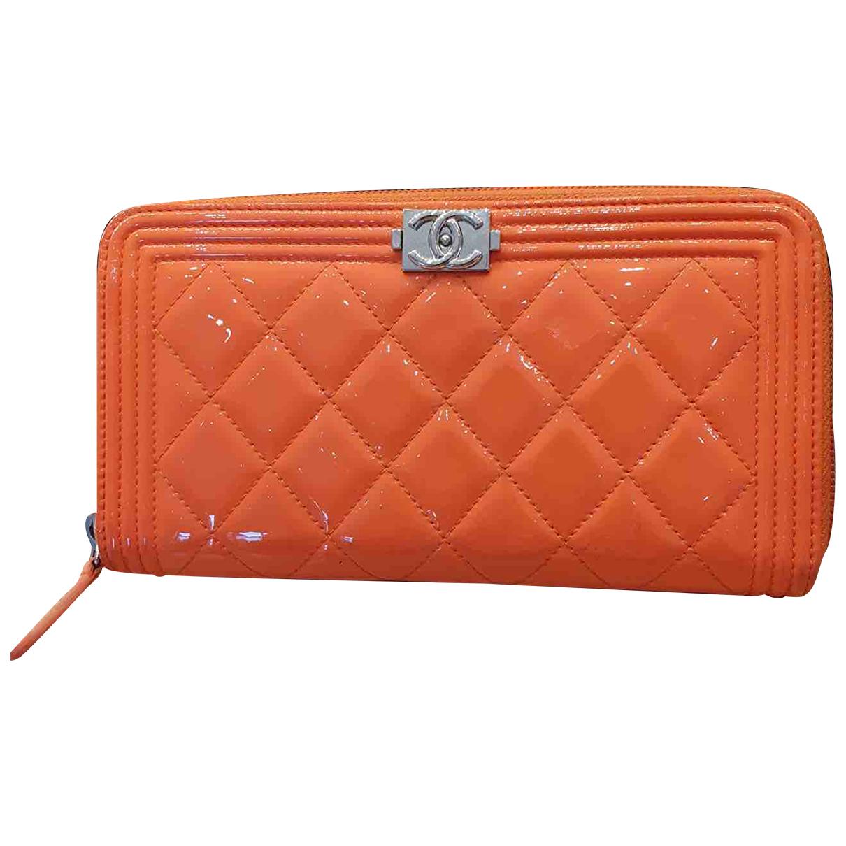 Chanel - Portefeuille Boy pour femme en cuir verni - orange