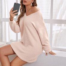 Flaumiger Strick Pullover Kleid mit sehr tief angesetzter Schulterpartie