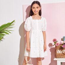 Kleid mit Rueschenbesatz, Puffaermeln, Knopfen vorn und Blumen Stickereien