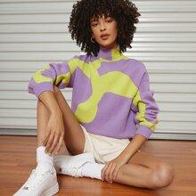 Zweifarbiger Pullover mit hohem Kragen und sehr tief angesetzter Schulterpartie