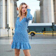 Kleid mit V-Kragen, Rueschen, Schosschensaum und Gaensebluemchen Muster