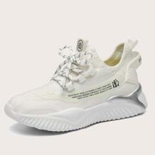 Sneakers mit Buchstaben Grafik