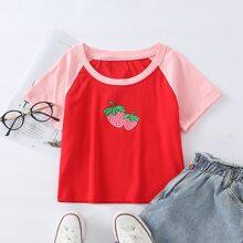 Crop T-Shirt mit Kontrast Ärmeln und Erdbeere Muster