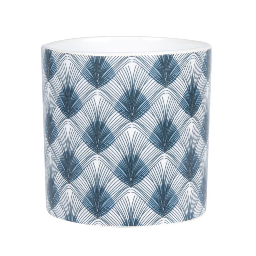 Duftkerze im weisse Keramikgefaess mit blauen Blumenmotiven